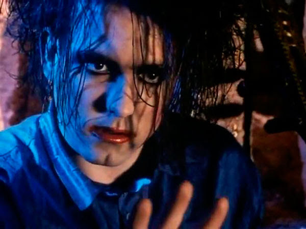 Robert Smith en el videoclip del Lovesong The Cure